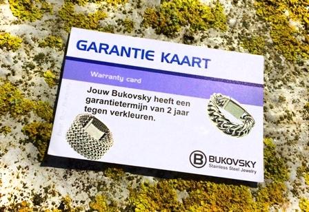 De Bukovsky armband met stalen sluiting wordt als brievenbuspost bezorgd met een luxe bewaarzakje en met onze garantiekaart tegen verkleuren. De Garantietermijn hiervoor is 2 jaar.