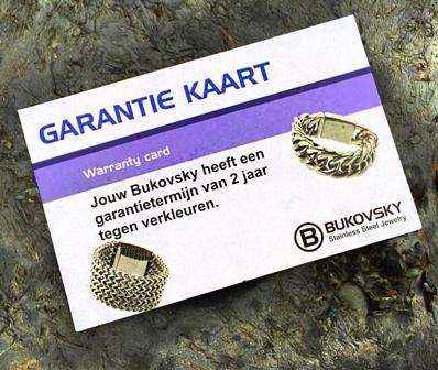 De roestvrij stalen Bukovsky armband wordt zonder verzendkosten bezorgd als brievenbuspost. Dit is inclusief een luxe bewaar/geschenkzakje en met een garantiekaart tegen verkleuren. De Garantietermijn hiervoor is 2 jaar.