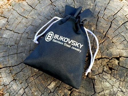 De gepolijste stalen armband Bukovsky Omnia wordt geleverd met geschenk/bewaarverpakking.