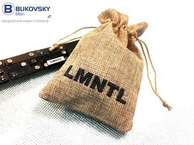 De handgemaakte leren en unieke heren armband wordt geleverd met een LMNTL bewaar/geschenkzakje.